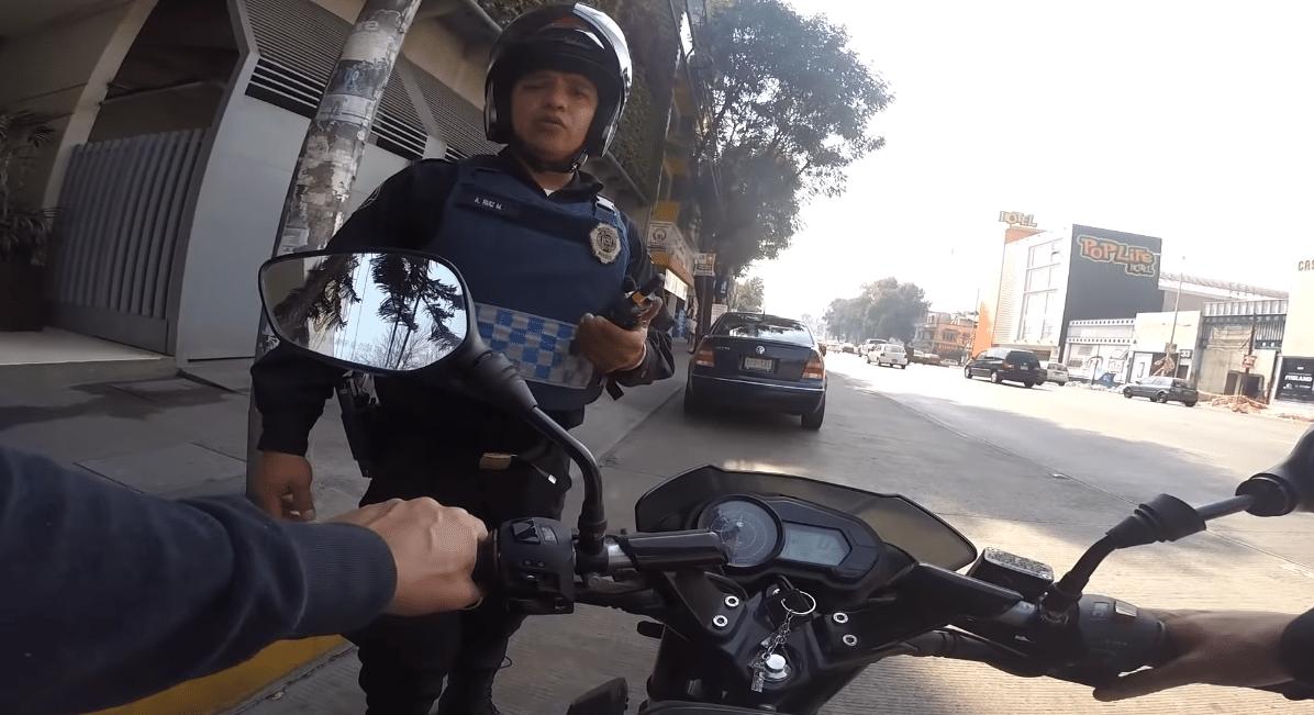 policia detiene a motociclista